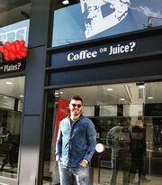 «Γυαλιά καρφιά» το μαγαζί του Πάνου Ζάρλα!