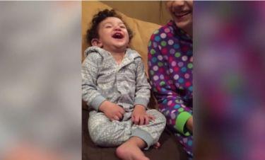 Δεν πάει ο νους σας γιατί έχει ξεκαρδιστεί αυτό το παιδάκι από τα γέλια! (vid)