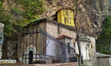 Το μοναστήρι της Παναγίας που είναι κρυμμένο σε μια σπηλιά σε απόκρημνο βράχο