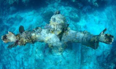 Το άγαλμα του Ιησού στον βυθό της θάλασσας