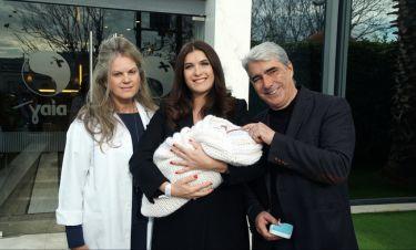 Σίμος Κεδίκογλου: Αγκαλιά με το μωρό και τη σύζυγό του έξω από το μαιευτήριο!