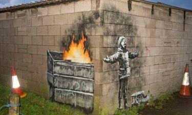 Ο Banksy επιστρέφει: Το καινούργιο γκράφιτι του καλλιτέχνη- φάντασμα έχει πολιτικό μήνυμα