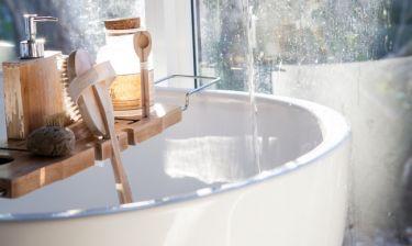 DIY: Φτιάξε το πιο πρωτότυπο τραπεζάκι για τη μπανιέρα