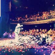 Λουλουδοπόλεμος σε κάθε εμφάνιση του τραγουδιστή!