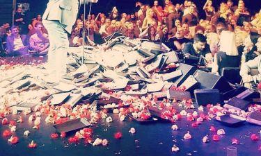 «Λουλουδοπόλεμος» σε κάθε εμφάνιση του τραγουδιστή!