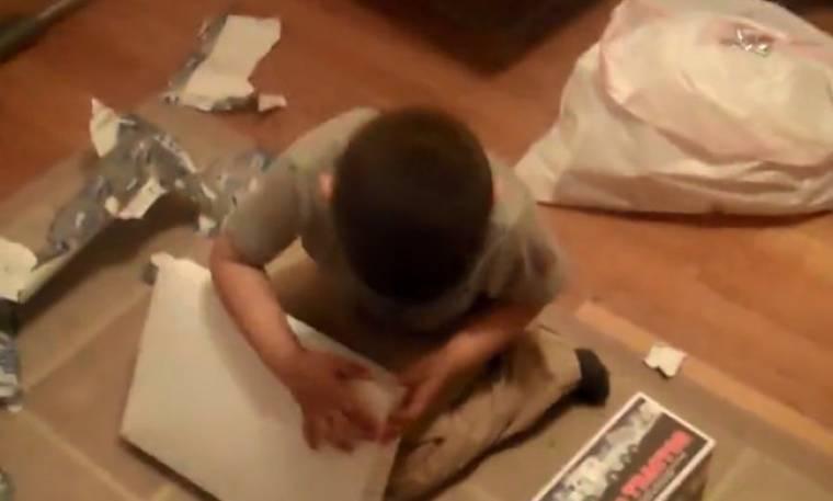 Δείτε την αντίδραση του πιτσιρικά όταν ανοίγει το δώρο του