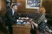 Όσο έχω εσένα: Ο Αλέσιο Λομασίνι κάνει την εμφάνισή του στο γραφείο του Γεώργιου