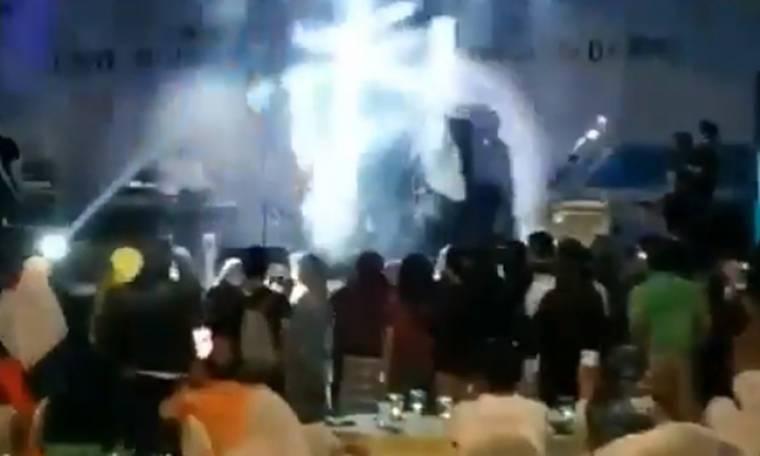 Βίντεο – σοκ από συναυλία στην Ινδονησία: Η στιγμή που το τσουνάμι «καταπίνει» τραγουδιστή και κοινό