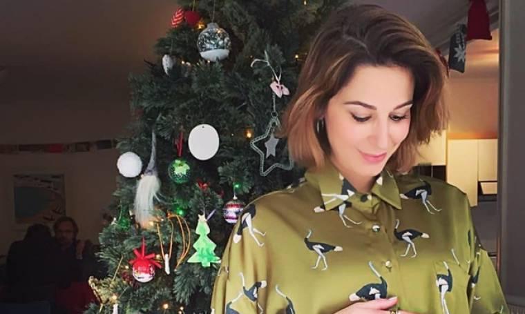 Παπουτσάκη: Ποζάρει στο χριστουγεννιάτικο δέντρο και μας δείχνει την φουσκωμένη κοιλίτσα της (pic)
