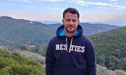 Ο Γιώργος Αγγελόπουλος ποζάρει στο σαλόνι του σπιτιού του και στέλνει τις ευχές του