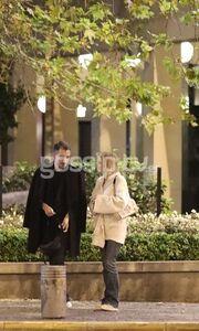 Νάντια Μπουλέ: Νυχτερινή βόλτα με καλό της φίλο (pics)