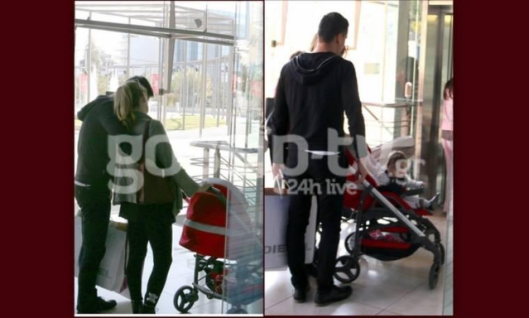 Παπαθωμά-Πετράκος: Αγκαλιασμένοι για ψώνια με την κόρη τους (pics)