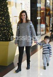 Ελένη Καρποντίνη: Με τον μεγάλο της γιο στο Μαρούσι για ψώνια