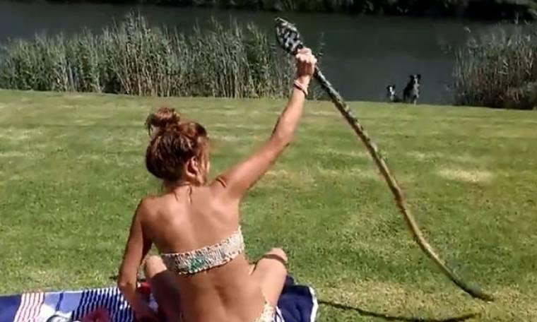 Απίστευτο! Δείτε τι έκανε αυτή η κοπέλα με το φίδι - Ατρόμητη!