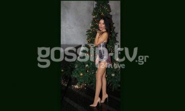 Βάσω Βιλέγκας: Ποζάρει sexy στο χριστουγεννιάτικο δέντρο και στέλνει φιλιά