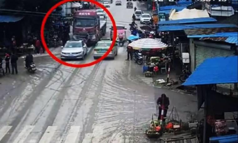 Απίστευτο! Φορτηγό περνάει πάνω από πεζούς και… επέζησαν (vid)