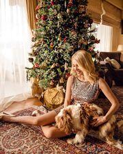 Η Κατερίνα Καινούργιου ποζάρει στο εντυπωσιακό σαλόνι του πατρικού της
