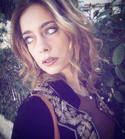 Ντάνη Γιαννακοπούλου: «Στο παρελθόν γαντζωνόμουν πάνω στον σύντροφό μου, γινόμουν κτητική»