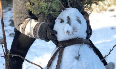 Ελληνίδα τραγουδίστρια ποζάρει με τον χιονάνθρωπο και μας εύχεται καλή χρονιά!