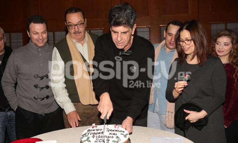 Ο Μπέζος έκοψε την πίτα στο θέατρο Προσκήνιο με τους ηθοποιούς της παράστασης «Υπάρχει και φιλότιμο»