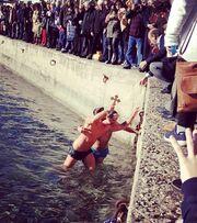 Έλληνας παρουσιαστής βούτηξε στα παγωμένα νερά και έπιασε τον Σταυρό