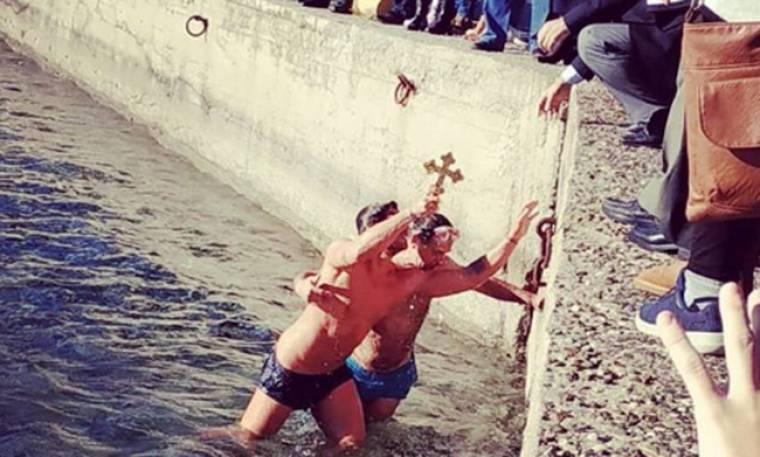 Θεοφάνια 2018: Γνωστός Έλληνας βούτηξε στα παγωμένα νερά και έπιασε τον σταυρό!