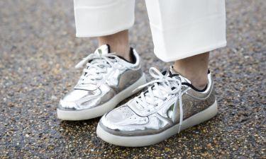 Έχεις βαρεθεί τα λευκά sneakers; Αγόρασε ένα από αυτά τα 5 χρώματα
