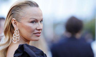 Pamela Anderson: Αυτός ήταν ο λόγος που αποφάσισε να κάνει αυξητική στήθους