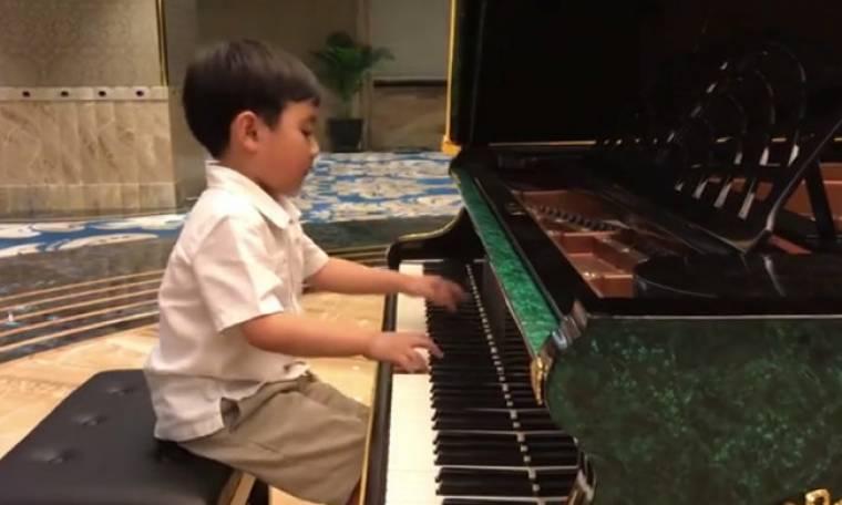 Πιανίστας ετών... 5! Η μοναδική του ερμηνεία και το πάθος (vid)