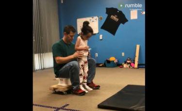 Συγκινητικό: Κοριτσάκι με εγκεφαλική παράλυση κάνει το πρώτο της βήμα! (vid)