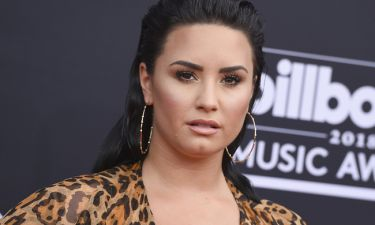 H περίεργη εμφάνιση της Demi Lovato σε γάμο με μαύρο φόρεμα