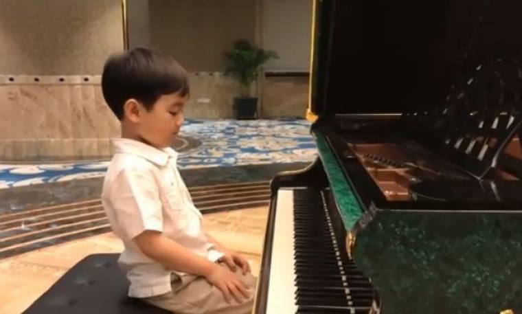 Θα πάθετε πλάκα αν ακούσετε πώς παίζει πιάνο αυτός ο 5χρονος!
