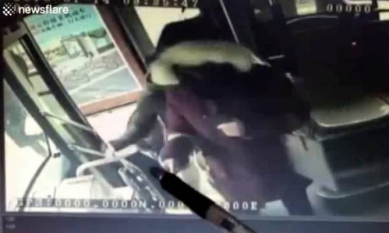 Απίστευτο! Απρόσεχτη μητέρα ξεχνάει τον… γιο της σε λεωφορείο (vid)