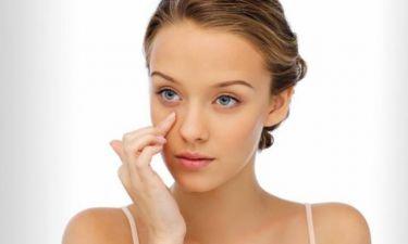Tα 7 λάθη που κάνεις όταν βάζεις κρέμα ματιών (και γιατί πρέπει να τα διορθώσεις άμεσα)