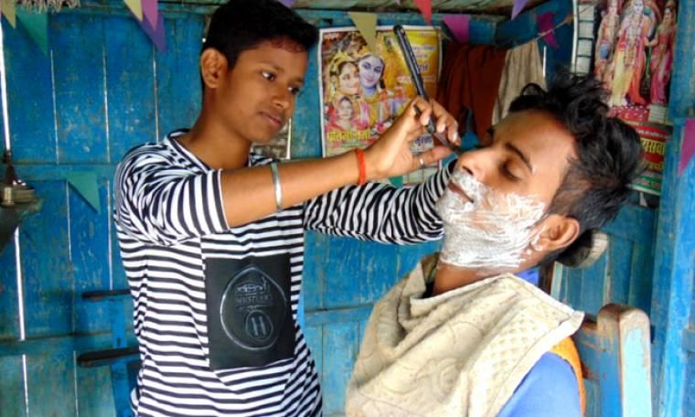 Αδερφές μεταμφιέστηκαν σε αγόρια για να δουλέψουν και να σώσουν τον άρρωστο πατέρα τους