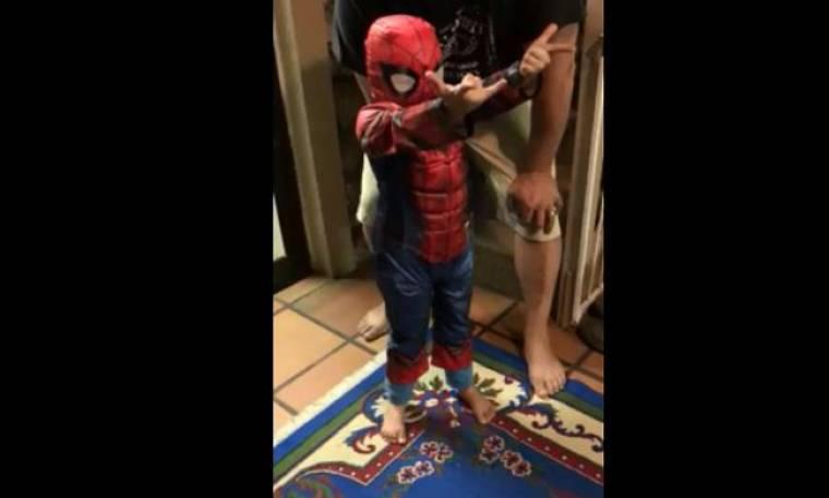 Δείτε τι κάνει αυτό το αγοράκι-spiderman!