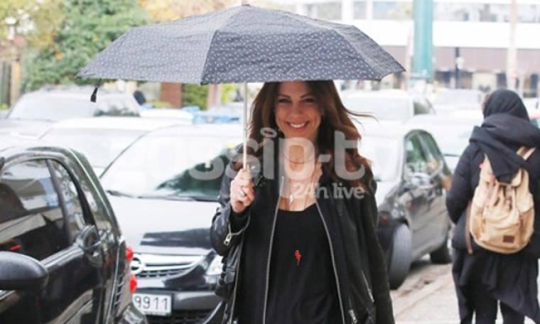 Ελίνα Καντζά: Βόλτα στη βροχή με ομπρέλα! (pics)
