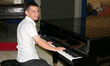 Σέρβος πιανίστας παίζει Ζορμπά στο αεροδρόμιο του Κατάρ