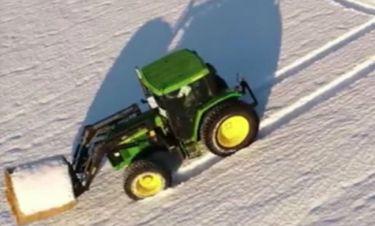 Δεν φαντάζεστε τι έγραψε με το τρακτέρ του σε ένα χιονισμένο τοπίο! (vid)