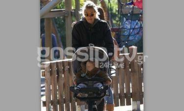 Η Βίκυ Καγιά βόλτα με τον γιο της στη Βούλα!