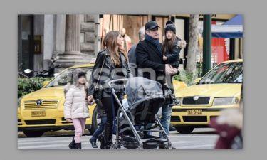 Σταματίνα Τσιμτσιλή-Θέμης Σοφός: Βόλτα με τα παιδιά τους στο κέντρο της Αθήνας