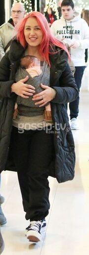 Πηνελόπη Αναστασοπούλου: Βόλτα με την νεογέννητη κόρη και το βαπτιστήρι της!