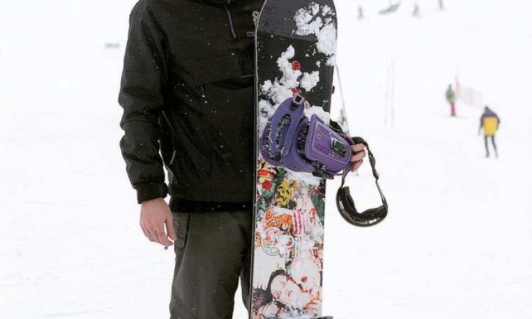 Έλληνας τραγουδιστής πήγε για snowboard αλλά πονάει όλο του το σώμα!
