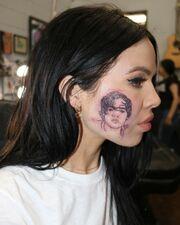 Απίστευτο! Γνωστή τραγουδίστρια έκανε στο μάγουλό της τατουάζ το πρόσωπο διάσημου συναδέλφου της