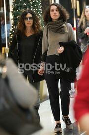 «Πιάσαμε» την Ελευθερία Αρβανιτάκη με την κόρη της! Δείτε την απίστευτη ομοιότητά τους!