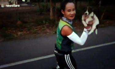 Απίστευτο: Έτρεχε σε μαραθώνιο, βρήκε ένα εγκαταλελειμμένο κουτάβι και το πήρε μαζί της!