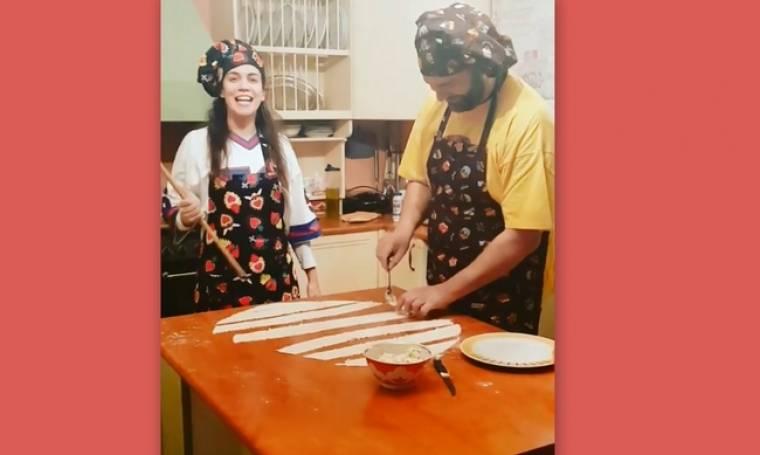 Κατερίνα Στικούδη: Δείτε την στην κουζίνα του σπιτιού της να φτιάχνει τυροπιτάκια με τον άντρα της