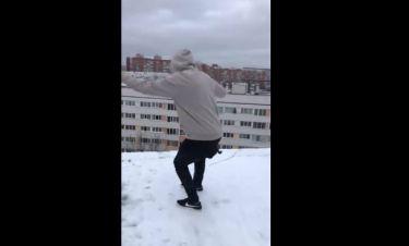 Επικίνδυνο και ανατριχιαστικό! Παίζουν με το χιόνι στην άκρη της ταράτσας και από κάτω... το χάος!