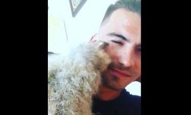Τον δαγκώνει ή τον φιλάει; (vid)