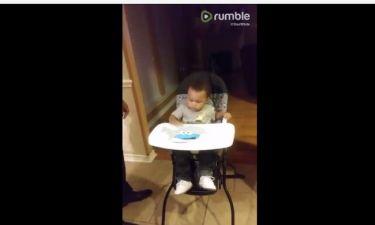 Δείτε την αντίδραση ενός μικρού όταν πρέπει να φορέσει τη σαλιάρα του!